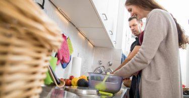 Beim Zubereiten von Speisen spielt die Hygiene eine wichtige Rolle. Foto: Christin Klose/dpa-tmn