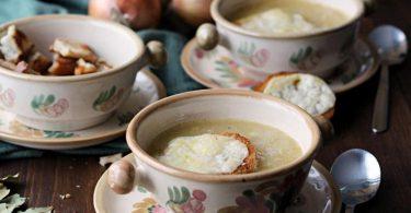 Perfekt zum Aufwärmen: Eine kräftige Zwiebelsuppe, die von einem überbackenen Käsetoast getoppt wird. Foto: Mareike Pucka/biskuitwerkstatt.de/dpa-tmn