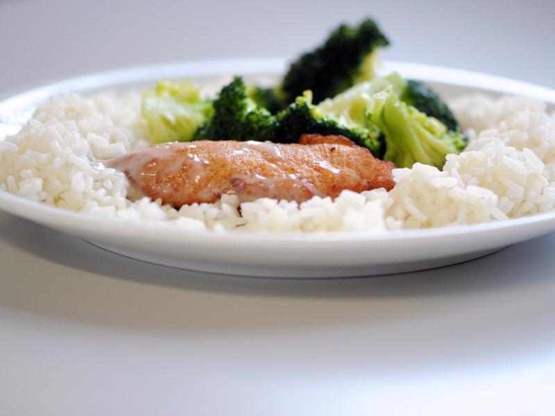 Die Menschen in Deutschland essen zwar mehr Gemüse und weniger Schweinefleisch, dennoch hat das Problem mit Übergewicht kaum abgenommen. Foto: Caroline Seidel/dpa