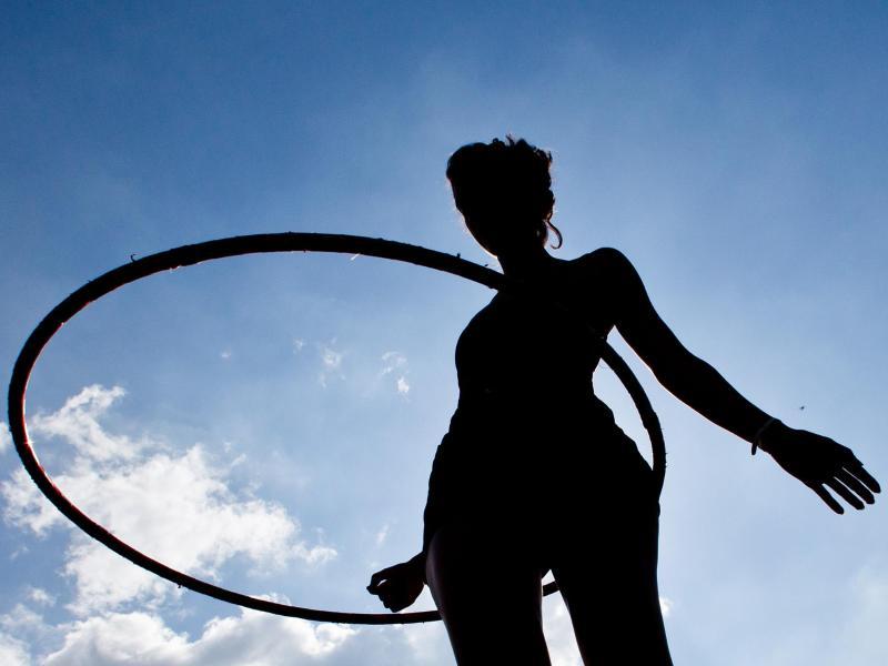 Vereinzelte Studien zeigen: Training mit dem Hula-Hoop-Reifen kann innerhalb weniger Wochen die Rumpfkraftausdauer steigern und das Unterbauchfett merkbar reduzieren. Foto: Daniel Karmann/dpa