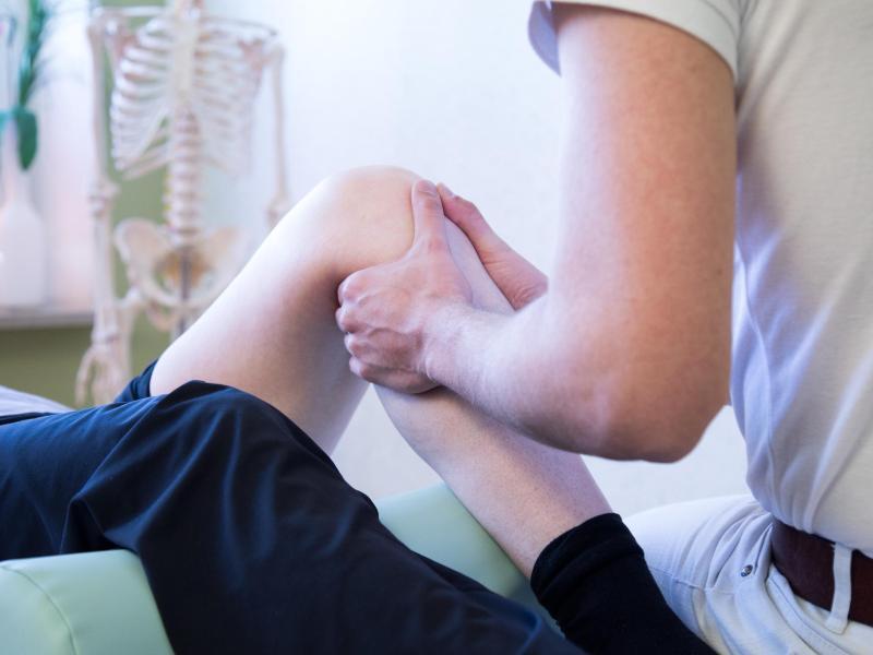Krankengymnastik kann dazu beitragen, die Wartezeit bis zu einer verschobenen Gelenk-Operation gut zu überbrücken. Foto: Christin Klose/dpa-tmn