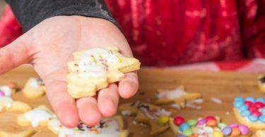 Ein Adventskalender zum Naschen kann eine leckere Überraschung sein - zum Beispiel mit selbstverzierten Keksen. Foto: Benjamin Nolte/dpa-tmn