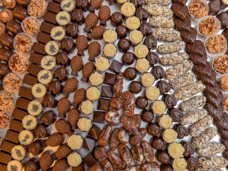 In einer Chocolaterie liegen handgefertigte Pralinen. (Symbolbild). Foto: Patrick Pleul/zb/dpa