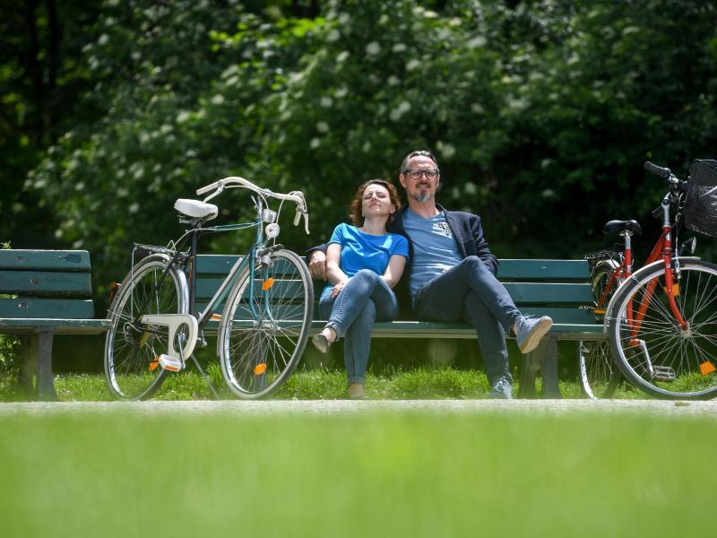 Eine Radtour in der Natur ist eine gute Idee, um auch beim Urlaub zu Hause richtig abzuschalten. Foto: Tobias Hase/dpa-tmn