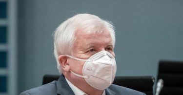 Bundesinnenminister Horst Seehofer verbietet die Neonazi-Gruppe «Wolfsbrigade 44». Foto: Michael Kappeler/dpa-pool/dpa
