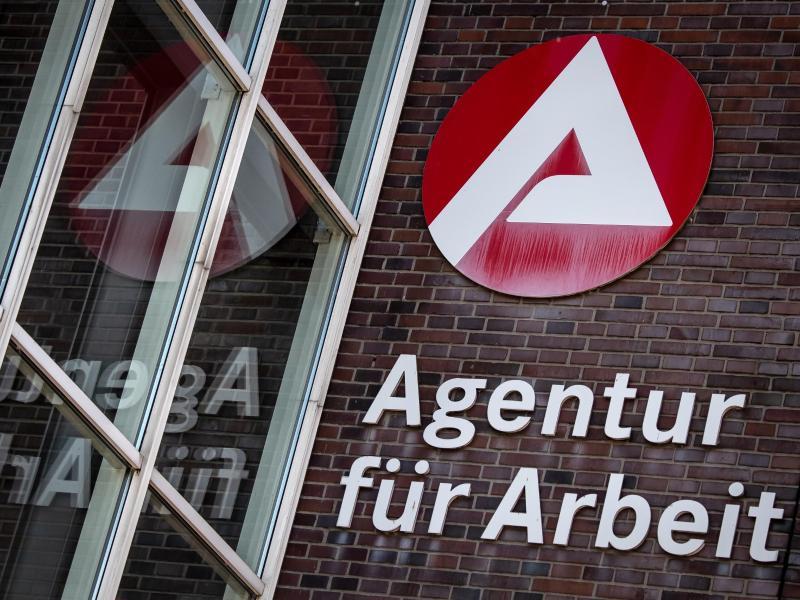 Die Zahl der Arbeitslosen in Deutschland ist trotz neuer Corona-Beschränkungen im November gesunken. Foto: Sina Schuldt/dpa