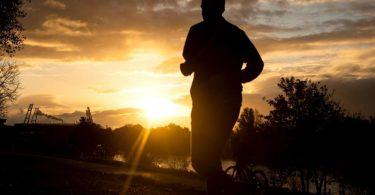 Wach werden ist oft eine richtige Herausforderung. Morgens eine Runde Sport kann dabei helfen. Foto: Sina Schuldt/dpa