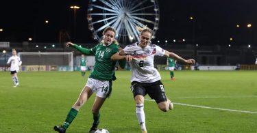 Sydney Lohmann (r) und Irlands Heather Payne kämpfen um den Ball. Foto: Niall Carson/PA Wire/dpa