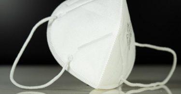 Laut WHOkann es sinnvoll sein, eine Maske auch in der eigenen Wohnung zu tragen - etwa wenn nicht gelüftet werden kann. Foto: Friso Gentsch/dpa