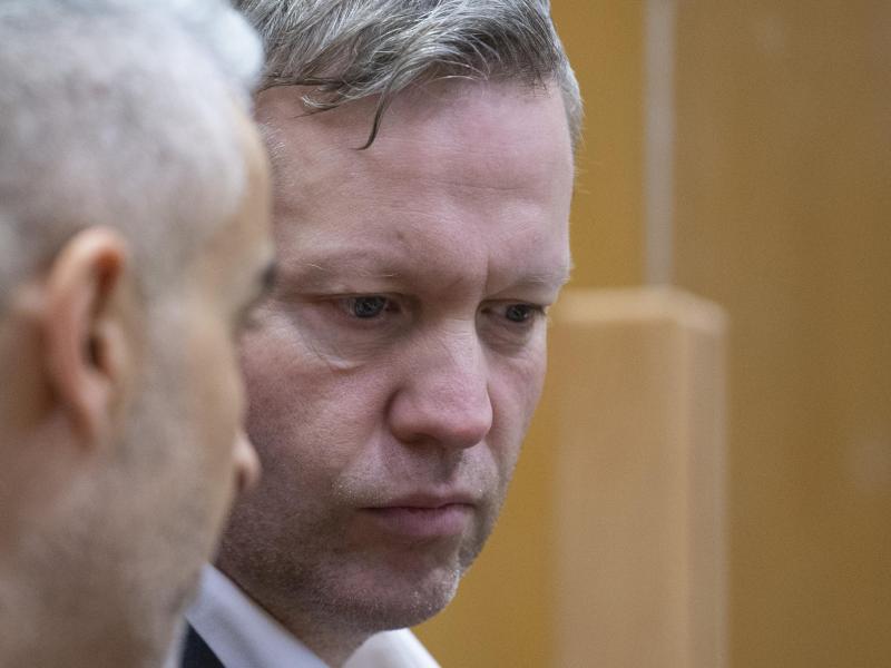 Der Hauptangeklagte Stephan Ernst steht mit seinem Verteidiger hinter der Anklagebank. Foto: Boris Roessler/dpa/POOL/dpa