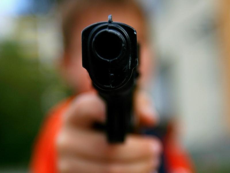Manche Spielzeugwaffen sehen echten Waffen nicht nur täuschend ähnlich, sondern bergen auch ein echtes Verletzungsrisiko. Foto: Arno Burgi/dpa-Zentralbild/dpa-tmn