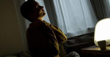 Wirklich effektiv sind Therapieleuchten vor allem dann, wenn sie zu einem Zeitpunkt genutzt werden, an dem es draußen noch dunkel ist. Foto: Christin Klose/dpa-tmn