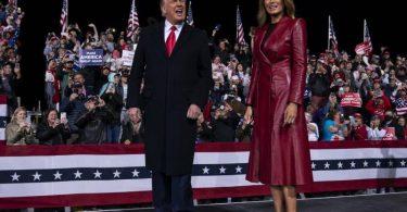 US-Präsident Donald Trump und First Lady Melania Trump bei der Kundgebung in Valdosta, Georgia. Foto: Evan Vucci/AP/dpa