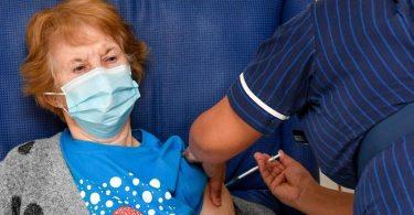 Die erste, die die Corona-Impfung erhält: Die 90-jährige Margaret Keenan im Universitätskrankenhaus Coventry. Foto: Jacob King/PA Wire/dpa