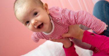 Ein Lächeln ihres Babys ist für Eltern das größte Geschenk. Foto: Andrea Warnecke/dpa-tmn