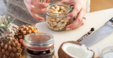 Wer sein Müsli selber mischt, weiß, was drin ist, und kann Zucker einsparen. Foto: Christin Klose/dpa-tmn