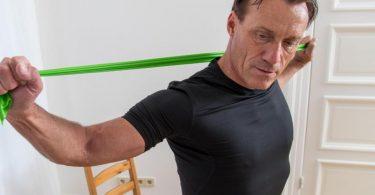 Nicht erst im hohen Alter bauen die Muskeln ab. Man tut also gut daran, sich stets fitzuhalten und seinen Körper zu kräftigen. Foto: Christin Klose/dpa-tmn
