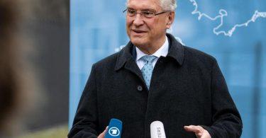 «Frage einer möglichen Abschiebung bei den allermeisten syrischen Flüchtlingen stellt sich nicht»: Bayerns Innenminister Joachim Herrmann. Foto: Bernd von Jutrczenka/dpa