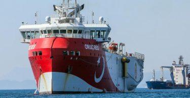 Das türkische Forschungsschiff «Oruc Reis» ankert vor der Küste. Die Türkei steht vor allem wegen umstrittener Erdgaserkundungen in Seegebieten vor Zypern und in der Nähe griechischer Inseln in der Kritik. Foto: Ibrahim Laleli/DHA/AP/dpa/Archiv
