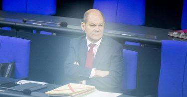Bundesfinanzminister und Vizekanzler Olaf Scholz während der Debatte zum Bundeshaushalt 2021 auf der Regierungsbank. Foto: Christoph Soeder/dpa