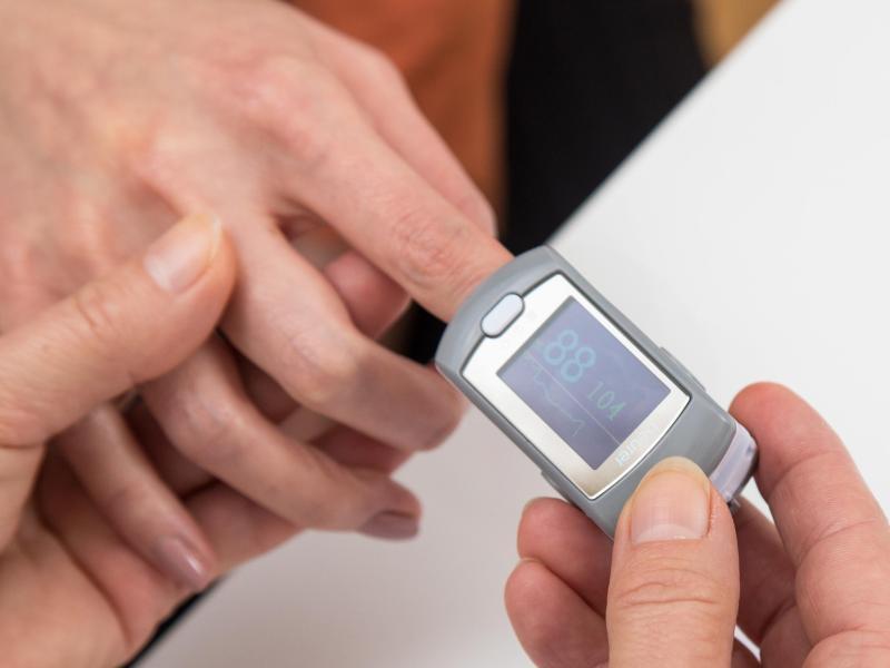 Pulsoxymeter messen die Sauerstoffsättigung im Blut und den Puls. Foto: Christin Klose/dpa-tmn