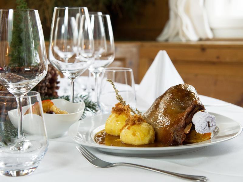 Genießen - aber langsam:Typisches Weihnachtsessen ist lecker, aber oft auch sehr fettig. Foto: Tobias Hase/dpa-tmn