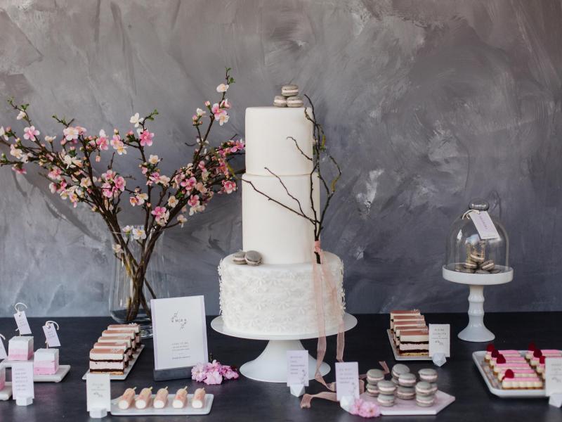 Bei einem Sweet Candy Table wird die Torte zum Eyecatcher auf dem Tisch, eingerahmt von Cake Pops, Cupcakes oder Macarons. Foto: Heike Krohz/suess-und-salzig.de/dpa-tmn