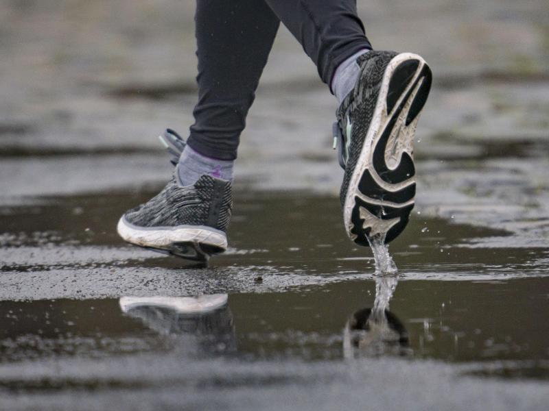Wer sich nach den Feiertagen zum Joggen aufrafft, der sollte sanft beginnen und vor allem passende Schuhe wählen. Foto: Frank Rumpenhorst/dpa