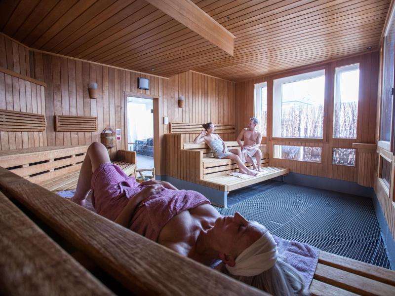 Kein Schweiß aufs Holz und keine Badehose in der Kabine - in deutschen Saunen sind Handtücher in der Regel das Textil der Wahl. Foto: Christin Klose/dpa-tmn