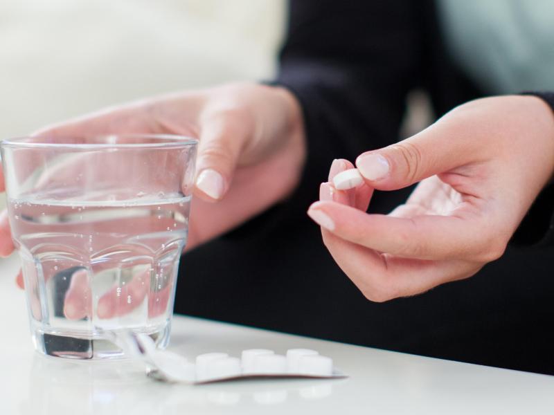 Antibiotika sollten idealerweise mit einem Glas Leitungswasser heruntergespült werden. Foto: Christin Klose/dpa-tmn