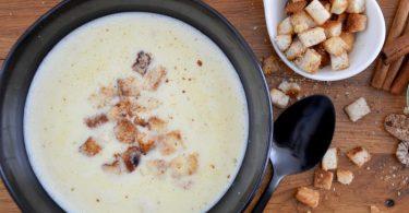 Die kräftig-aromatische Weinsuppe bekommt durch die Zimtcroûtons ein winterliches Etwas. Foto: Julia Uehren/loeffelgenuss.de/dpa-tmn