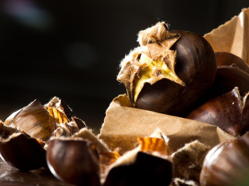 Heiße Maroni: Sie schmecken lecker und sind gesund. Foto: Franziska Gabbert/dpa-tmn