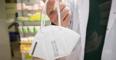 Apotheken dürfen pro Person drei Schutzmasken gratis aushändigen. Das Angebot gilt für über 60-Jährige und Menschen mit bestimmten chronischen Erkrankungen. Foto: Friso Gentsch/dpa