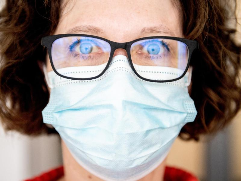 Damit die Gläser nicht beschlagen, sollte die Schutzmaske am oberen Rand eng anliegen und unter der Brille sitzen. Foto: Zacharie Scheurer/dpa-tmn