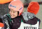 Sieger Karl Geiger umarmt nach dem entscheidenden Sprung Kumpel Markus Eisenbichler. Foto: Daniel Karmann/dpa