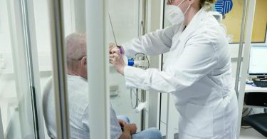 Nach der überwundenen Infektion beginnt für Jörg eine Rehabilitation in Heidelberg. Regelmäßig wird hier die Lungenfunktion kontrolliert. Foto: Uwe Anspach/dpa