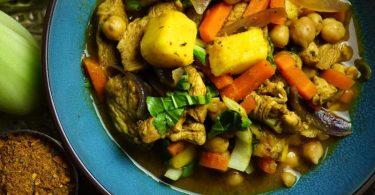 Lecker Kichererbsen im Curry. Damit sie gut durch sind, salzt man die Hülsenfrüchte am besten erst spät. Foto: Doreen Hassek/hauptstadtkueche.blogspot.com/dpa-tmn