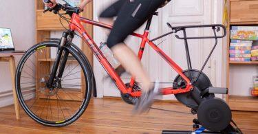 Online Wettbewerbe fahren und die Muskeln auch im Wohnzimmer beanspruchen - der Hometrainer hat sich in den letzten 20 Jahren enorm entwickelt. Foto: Florian Schuh/dpa-tmn
