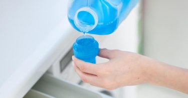 Wie viel Waschmittel für eine Waschladung benötigt wird, wird vom Hersteller auf der Flasche angegeben. Foto: Christin Klose/dpa-tmn
