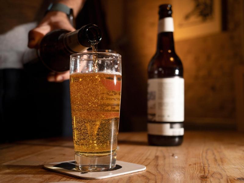 Ob ein alkoholfreies Bier Zucker enthält oder nicht, liegt an der Herstellung und steht in der Nährwertangabe auf dem Flaschenetikett. Foto: Franziska Gabbert/dpa-tmn