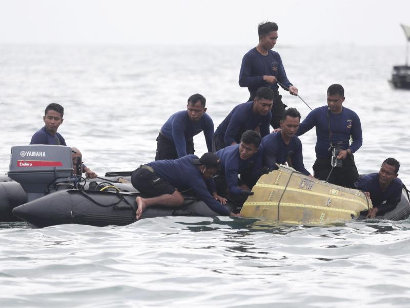 Bei der Suche nach dem verschollenen Passagierflugzeug sind im Meer Leichenteile und Trümmer entdeckt worden. Foto: Achmad Ibrahim/AP/dpa