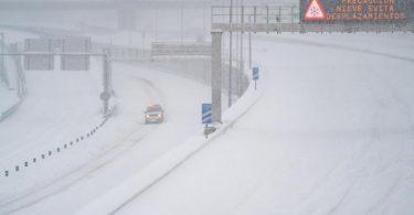 Ein Rettungsfahrzeug fährt auf der leeren, schneebedeckten Schnellstraße M-30 durch Madrid. Foto: Meng Dingbo/XinHua/dpa