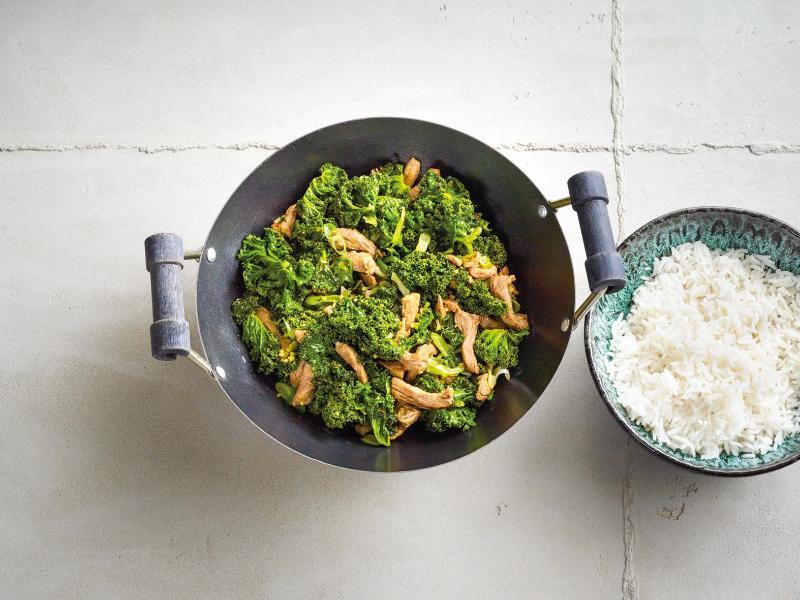 Grünkohl punktet auch in der asiatischen Küche - zum Beispiel als Wok-Gericht mit Schweinefilet. Foto: Coco Lang/Gräfe und Unzer/dpa-tmn