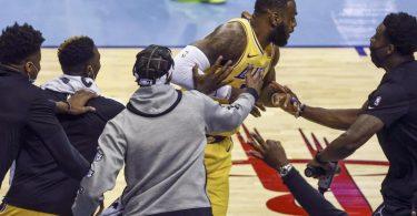 Auswechselspieler jubeln mit LeBron James (M) von den Los Angeles Lakers über einen erfolgreichen Drei-Punkte-Wurf. Foto: Troy Taormina/POOL USA TODAY Sports/AP/dpa