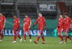 Die Bayern-Spieler verlassen nach dem Pokal-Aus in Kiel frustriert den Rasen. Foto: Christian Charisius/dpa