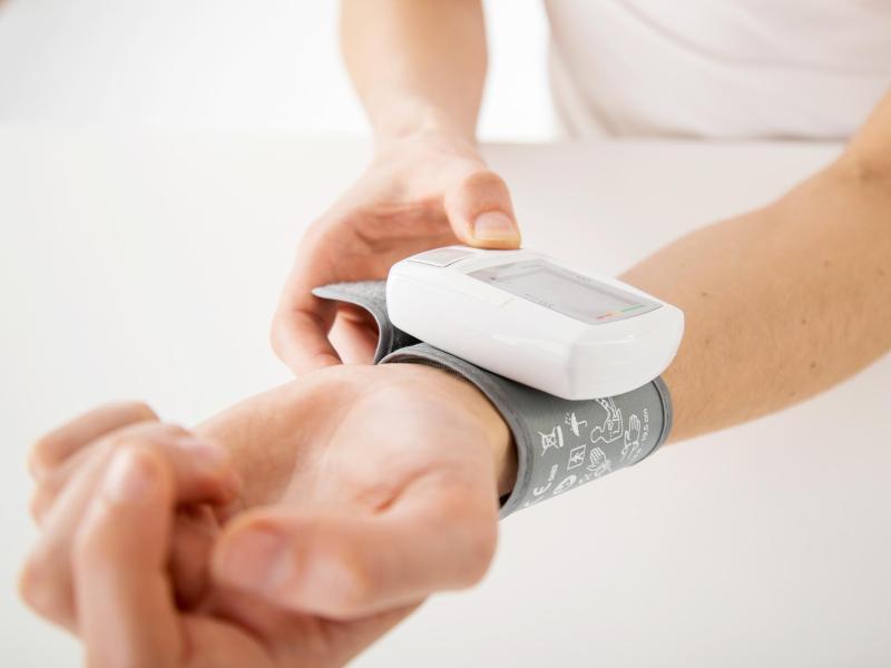 Der Blutdruck lässt sich in Eigenregie auch mit kleinen Geräten am Handgelenk messen. Foto: Christin Klose/dpa-tmn