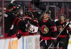 Tim Stützle von den Ottawa Senators klatscht sich mit seinen Mannschaftskollegen ab. Foto: Daniel Lea/CSM via ZUMA Wire/dpa