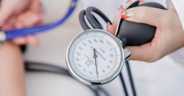 Kontrolltermine beim Arzt sollten Bluthochdruckpatienten immer wahrnehmen - auch in Corona-Zeiten. Foto: Monique Wüstenhagen/dpa-tmn