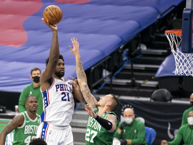 Konnte die Niederlage der Celtics nicht verhindern:Bostons Daniel Theis (r) gegen Joel Embiid von den Philadelphia 76ers. Foto: Chris Szagola/AP/dpa
