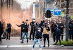 Demonstranten werfen auf einer Straße in Eindhoven mit Steinen. Mehrere hundert Menschen haben vor dem Bahnhof der Stadt gegen die aktuelle Corona-Politik demonstriert. Foto: Rob Engelaar/ANP/dpa